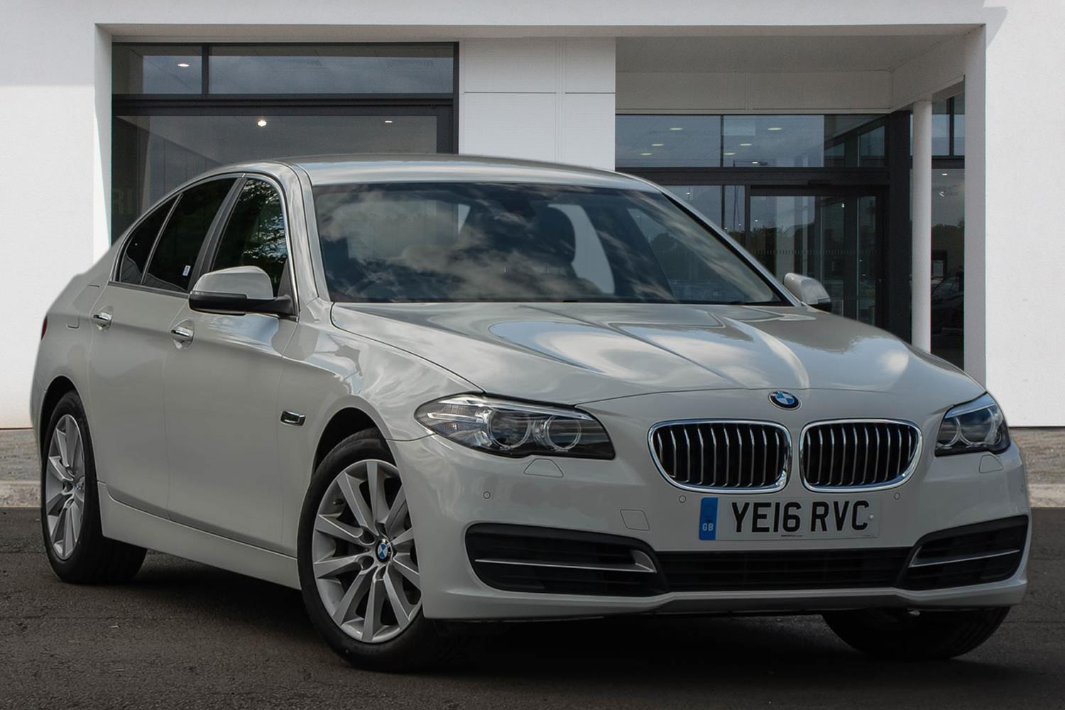 BMW 5 Series Saloon YE16RVC - Image 4